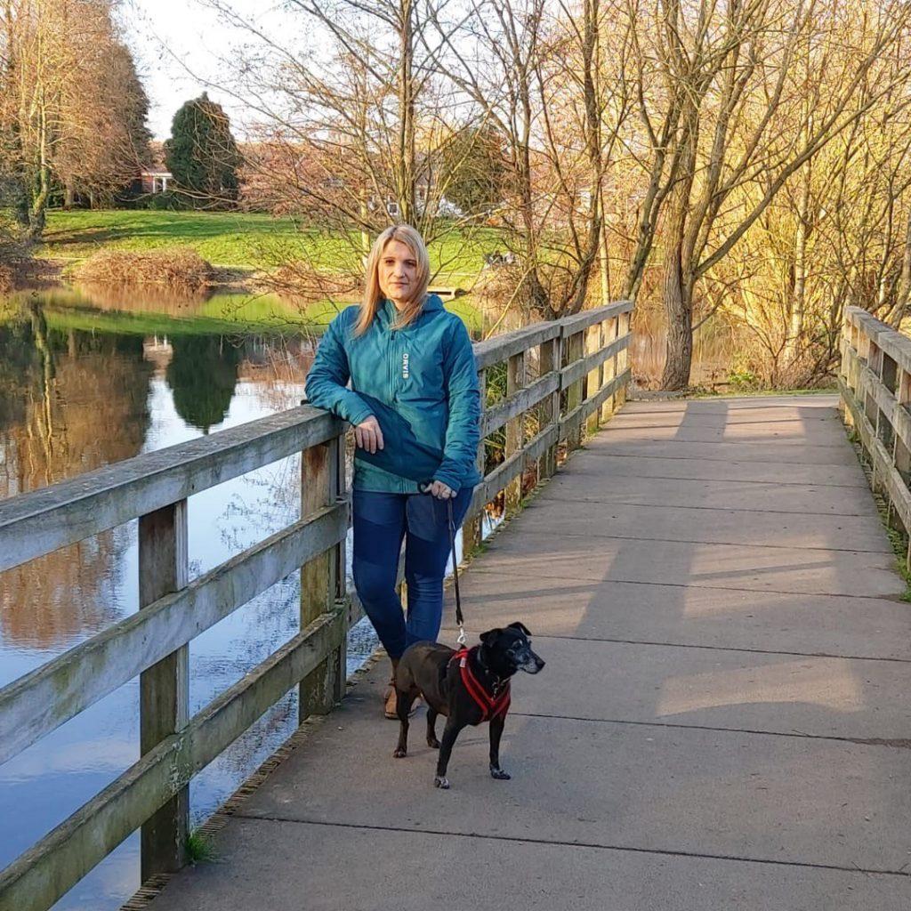 Charlotte mit Ihrem Rettungshund Peg beim Mitarbeiter-Test des Women's Pro Insulated Hoody.