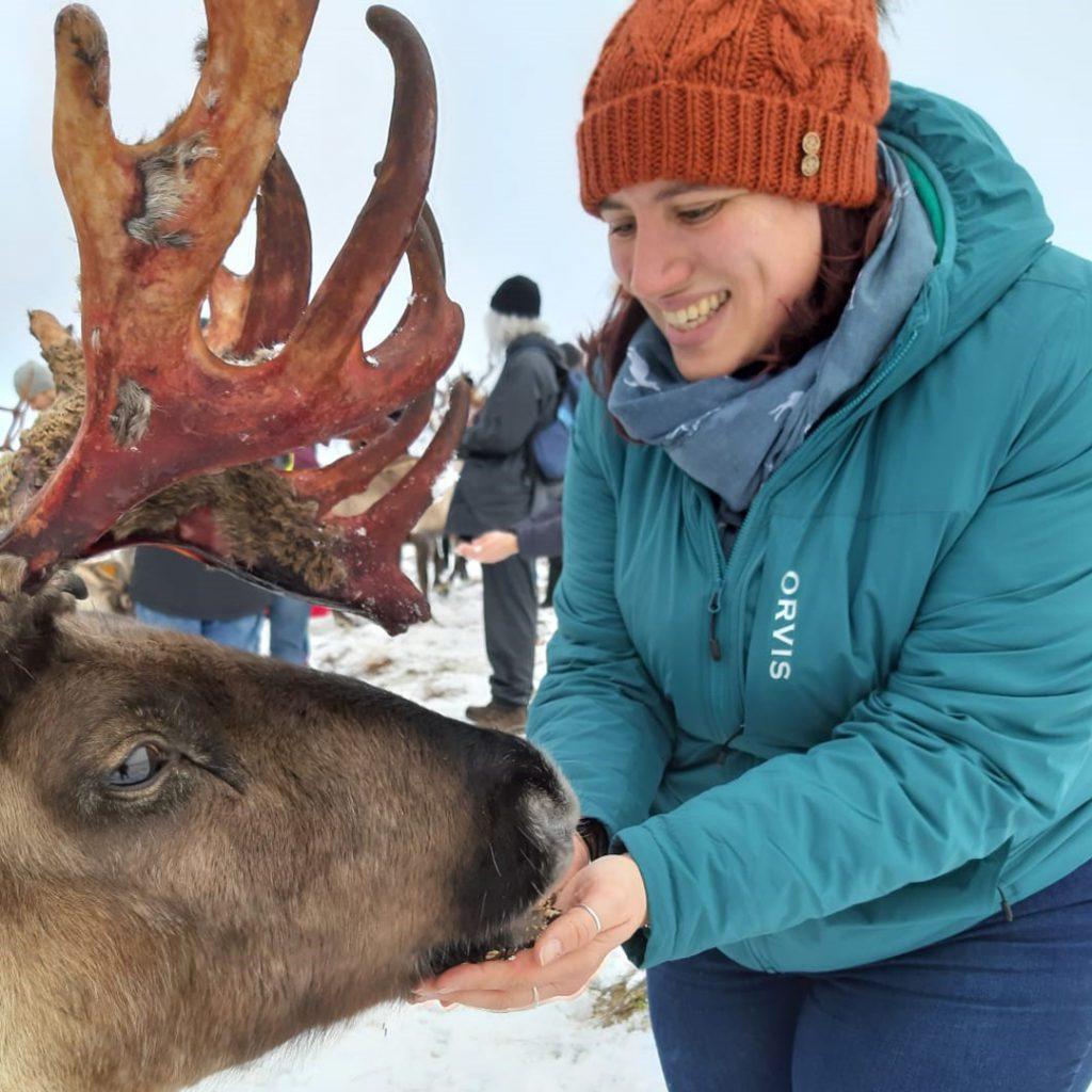 Rachael beim Füttern von wild lebenden Rentieren in Schottland. Sie begegnete diesen Tieren beim TWomen's Pro Insulated Hoody Mitarbeiter-Test.