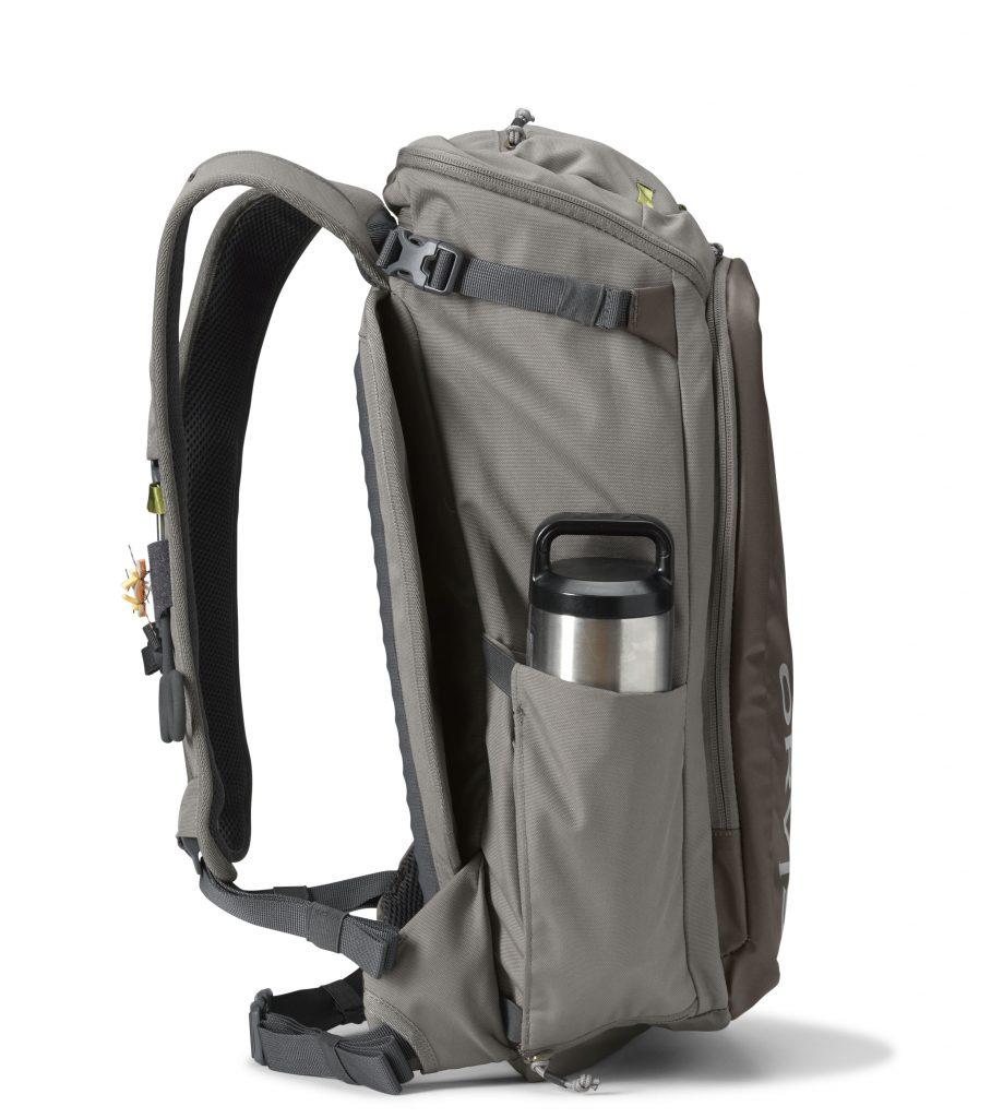 Das ORVIS Bug Out Backpack in der Seitenansicht mit Trinkflasche und Flypad. Dieser Rucksack wird sie begeistern!
